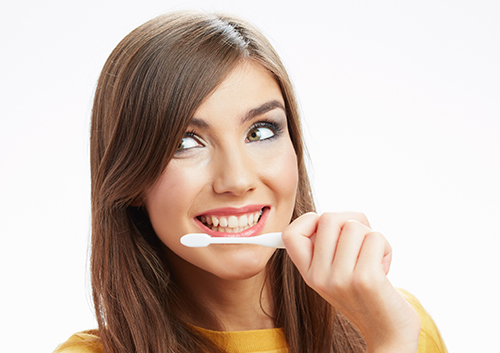 Brushing teeth while wearing invisalign